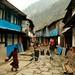 Cruzando uma das diversas vilas