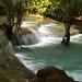 A água corre sobre formações de calcário