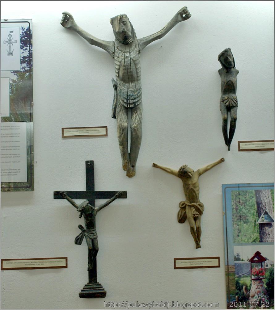 Rzeżby ludowe Chrystusa ukrzyżowanego  w Muzeum Ziemi Biłgorajskiej