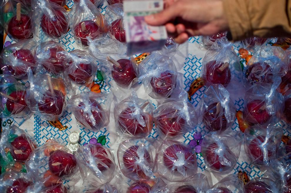 El clásico de todos los años, la venta masiva de la tradicional manzana acaramelada, mayormente consumida por los niños. Los puestos de venta de estos productos se concentraban generalmente en el parque de diversiones. (Elton Núñez)