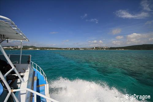 沖縄 船の水しぶき