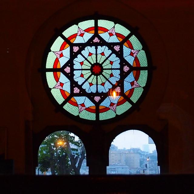 錫爾克吉火車站(Sirkeci Station)內漂亮的彩色玻璃