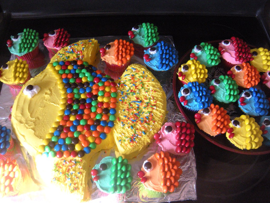 Coolest Cake Ideas Little fish cupcakes following a big fish plus