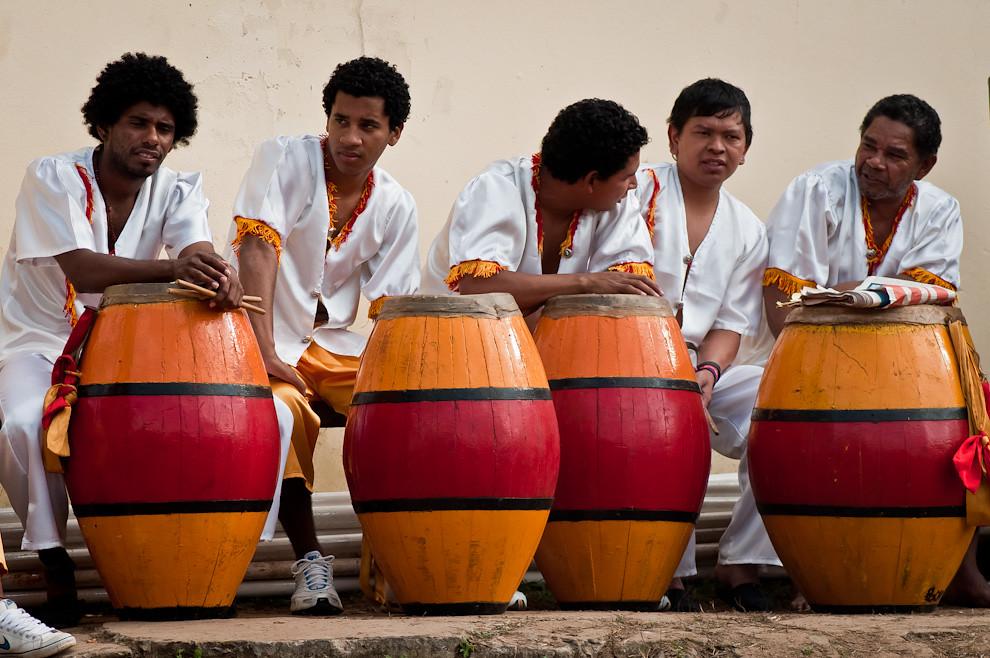 La muestra de la diversidad cultural de nuestro país fue maravillosa con la presentación de los tamborileros de Kambá Kuá, dirigidos por Lázaro Medina, y los bailarines de esa comunidad, con atuendos en rojo y amarillo, quiénes aportaron el ritmo de la música afro de sus antepasados. (Elton Núñez)