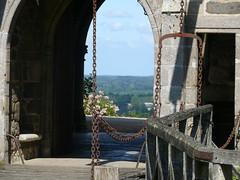 Sur le pont-levis du chteau de Montmuran aux Iffs (Haute Bretagne) Tags: castle history geotagged geocaching towers bretagne histoire drawbridge tours chteau illeetvilaine pontlevis iffs hautebretagne montmuran