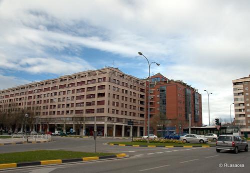 Edificios de viviendas en la esquina de la Avenida de Pío XII con la Avenida de La Rioja