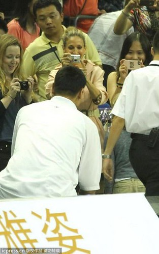 July 22, 2011 - Sarah Jessica Parker snaps a photo of Yao Ming in Shanghai at the Artistry on Ice figure skating show