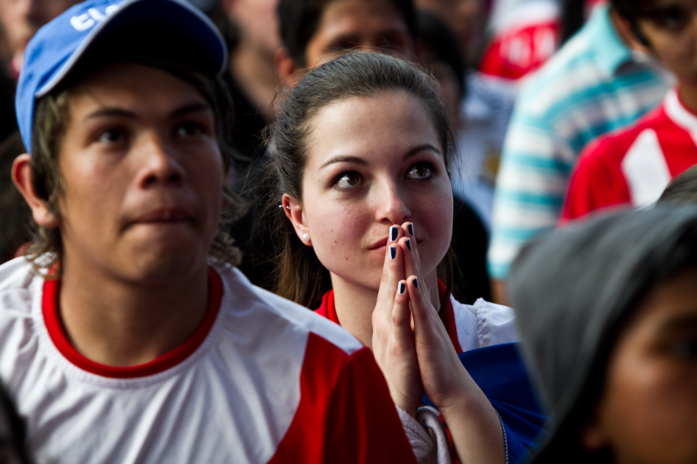En horas del domingo a la tarde, una masiva cantidad de público asistió a la expo feria para ver el encuentro final de la copa América donde Paraguay se enfrentó a Uruguay. Momentos de sufrimiento pudieron observarse en el rostro de la gente. (Tetsu Espósito)