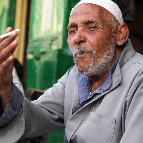 エジプト、カイロ、タバコを吸うおじいさん