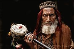 Sufi Singer with Ektara (khalilshah) Tags: pakistan photography instrument punjab lahore bazar musicinstrument ektara dsc0007 mozang khalilshah sufisinger singerwithektara khalilshahsufisinger sufiportrait mainbazarmozanglahore ektarabass
