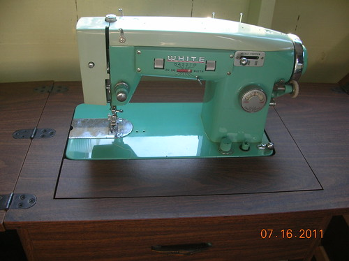vintage WHITE Zigzag Sewing machine, model 363