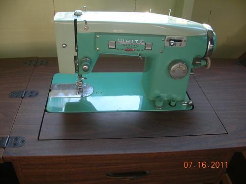 vintage WHITE Zigzag Sewing machine, model 363