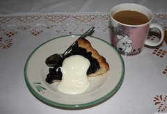 bilberry pie with vanilla sauce and coffee with milk (Elsa Kurppa) Tags: coffee pie moomin mug muumi bakedgoods bilberry mumin 2011 blbr mustikka vacciniummyrtillus  elsakurppa