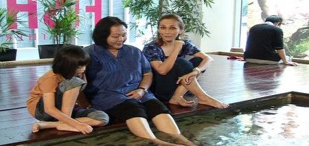 Shazleen Shahbi bersama pengunjung spa