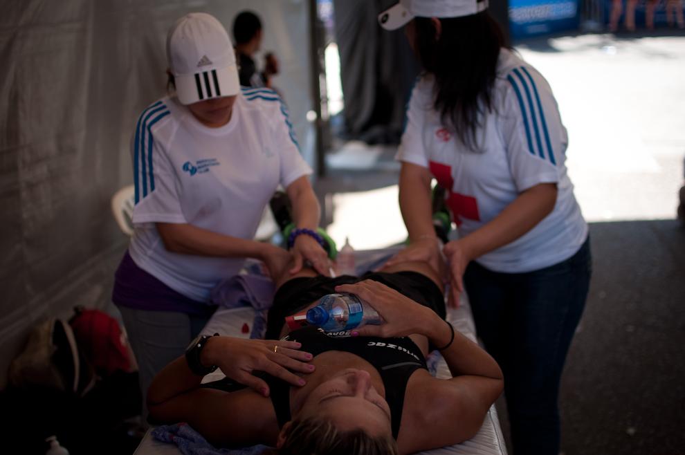 La atleta Gisele Lisboa Oliveira recibe unos reconfortantes masajes luego de terminar su carrera en 3:09:50, un buen tiempo que le otorgó la 5ta posición en la categoría principal de 42km femenino. (Elton Núñez)