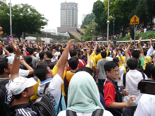 BERSIH 2.0 - 1.35pm - asking people on the hill to come down