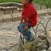 Menino cansado de ver iguanas