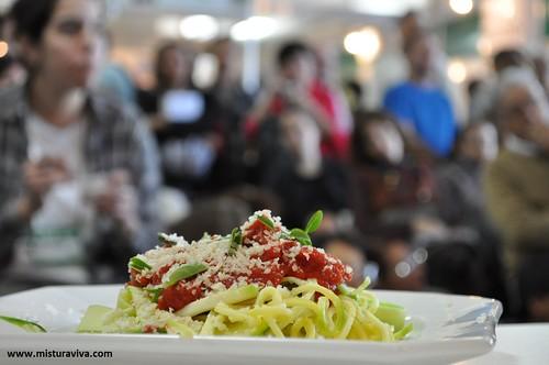 Spaghetti de abobrinha ao molho marinara (com castanha do pára ralada)