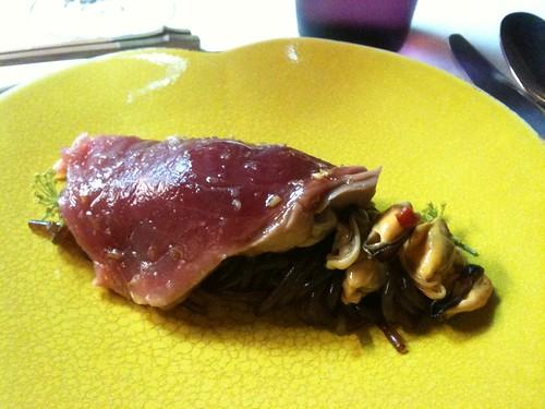 Yam'Tcha: Thon de Saint-Jean-de-Luz, nouilles de patate douce au vinaigre de riz noir, moules de bouchot