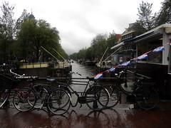 Ingresso ai canali (RobbiSaet) Tags: city trees amsterdam bike alberi nikon europa europe nederland coolpix olanda città s3000 biciclette canali chiusa paesibassi robbisaet robertasaettone