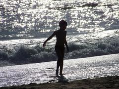 Juventud divino tesoro (Diario de un Mentiroso) Tags: contraluz mar nio olas brillos orilla juventud chispas