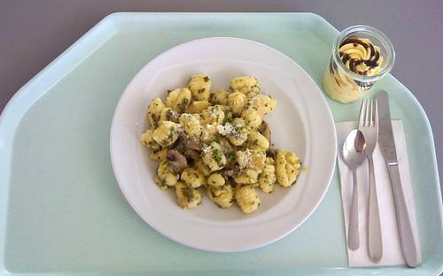 Gnocchi mit Austernpilzen, Egerlingen und Spinat in feinem Walnussöl