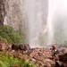 E tivemos que cruzar por baixo de uma cachoeira