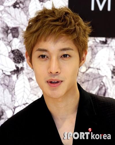 Kim Hyun Joong Mulberry Falls/Winter Presentations [110721] sportkorea04