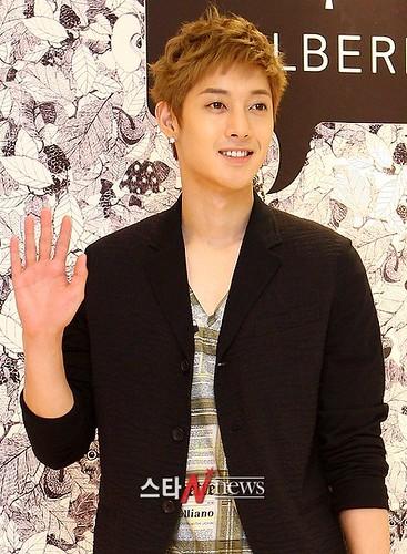 Kim Hyun Joong Mulberry Falls/Winter Presentations [110721] starnews03
