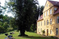 Schloss Lhburg (onnola) Tags: tree castle germany deutschland gut baroque manor schloss garten 1730 baum barock 18thcentury mecklenburg mecklenburgvorpommern mecklenburgwesternpomerania gstrow haupthaus gutshaus 18jahrhundert lhburg bassewitz dreiflgelanlage