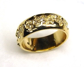 .Carved Diamond Gold Wedding Ring