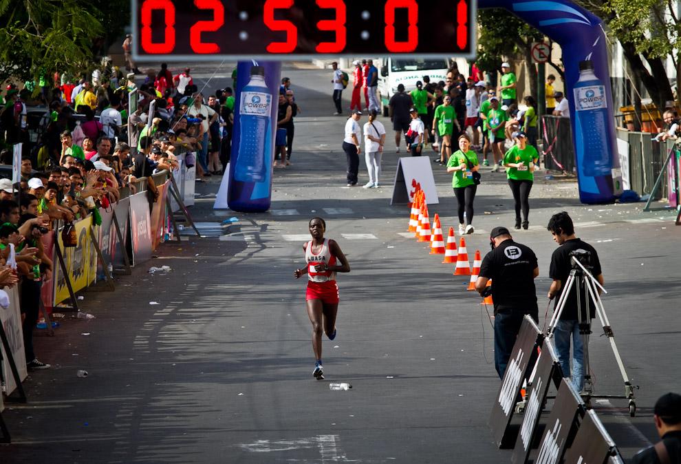 Chemtai Rionotukei de Kenia es la primera mujer en completar el recorrido de 42 km en un tiempo de 02:53:10hs. (Tetsu Espósito)