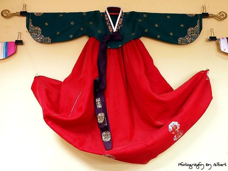大溪.韓膳:牆上的韓國服飾