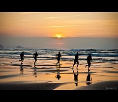 Un hombre, cinco pasos  / One man, five steps (Jaime GF) Tags: sea people costa beach contraluz coast mar spain nikon gente asturias playa runner corredor backlighting xag gozn d40 bestcapturesaoi doublyniceshot doubleniceshot masterclasselite