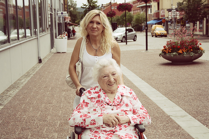Mamma och gammelfarmor i stan