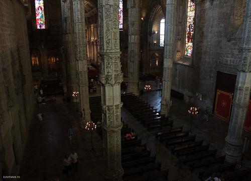 As proporções da igreja e as suas três naves são generosas