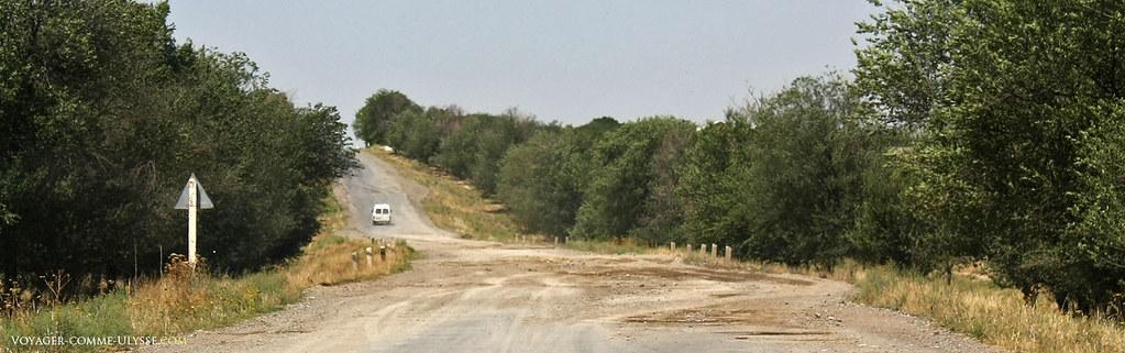 Parfois, la route menant au village ressemble plus à un sentier…