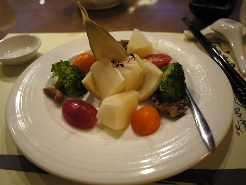 第三道:綠竹筍沙拉。(裡面還有兩片梨子是來假裝筍子)
