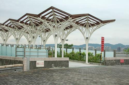 特殊造型的天橋,跨在堤頂大道上