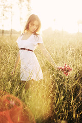 Someday you'll miss today (AnnuskA  - AnnA Theodora) Tags: flowers light sunset portrait white flores luz nature colors girl field grass branco lady outdoors golden belt dress retrato blond linda moa flare lovely vestido tallgrass bucolic fashionable dourada vermelhas