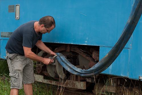 Spezielle Befestigungssätze für den Transport des M-Wagens werden montiert