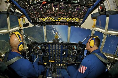 [フリー画像] 乗り物, 航空機, アクロバット・チーム, ブルーエンジェルス, C-130 ハーキュリーズ, 201108052300