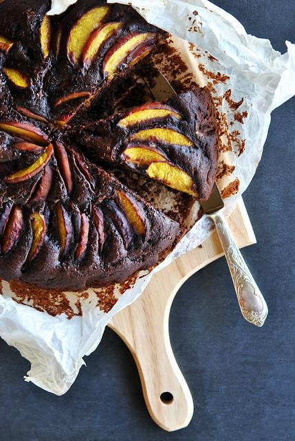 1.Torta al cacao con pesche e amaretti