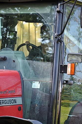 köra traktor med pappa e skoj :)