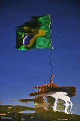 VARIAES SOBRE O MESMO TEMA - MOVIMENTOS NA GUA  (13) (ALEXANDRE SAMPAIO) Tags: gua brasil ar movimento franca reflexo vento bandeiradobrasil parquefernandocosta alexandresampaio variaessobreomesmotema