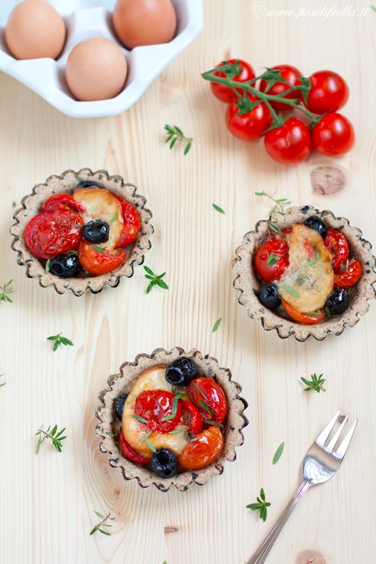 Tartellette ai pomodorini, olive e timo