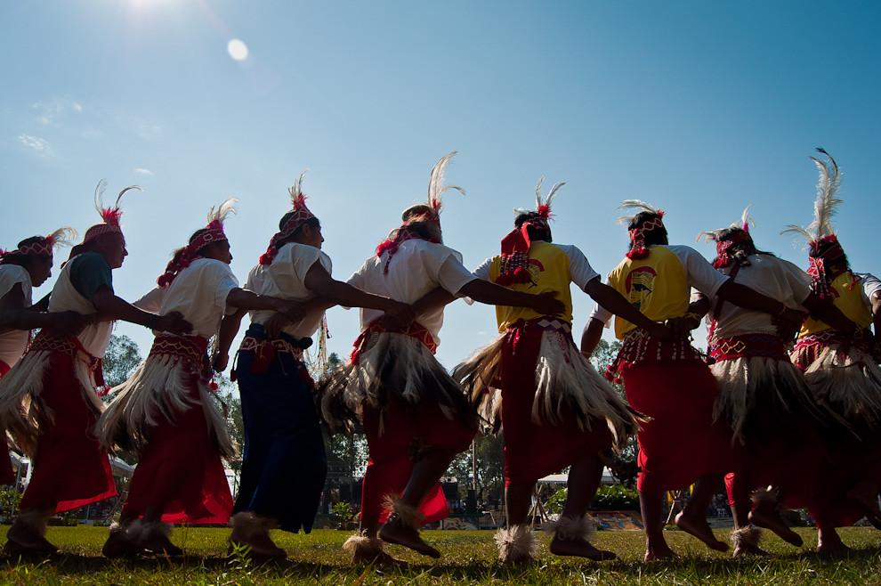 En la ceremonia de Inauguración oficial de la Expo 2011, el espacio artístico inició con el grupo de la comunidad Maká, con la dirección de Jorge Benítez, quienes brindaron sus cantos y danzas ancestrales, ataviados con sus coloridos trajes. (Elton Núñez)