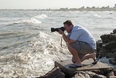ALEX, FRENTE A LAS OLAS (ABUELA PINOCHO ) Tags: espaa puerto mar spain mediterraneo candid viento olas hombre fotografo castellon fotografiando esposo robado burriana agachado supershot parisinita