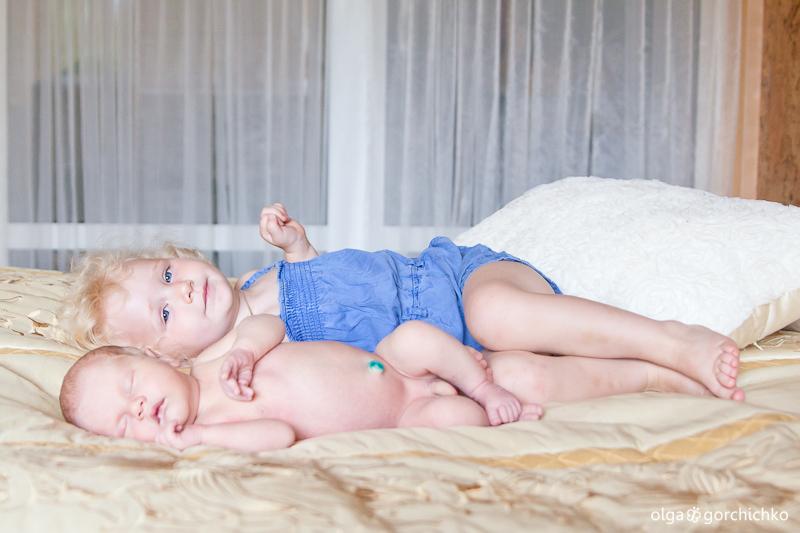 Братик Арсюша (8 дней) и сестричка Софийка