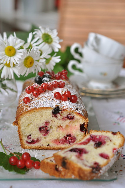 sõstrakeeks/loaf cake with red and black currants